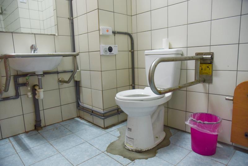 屋内の車いす対応トイレの内部