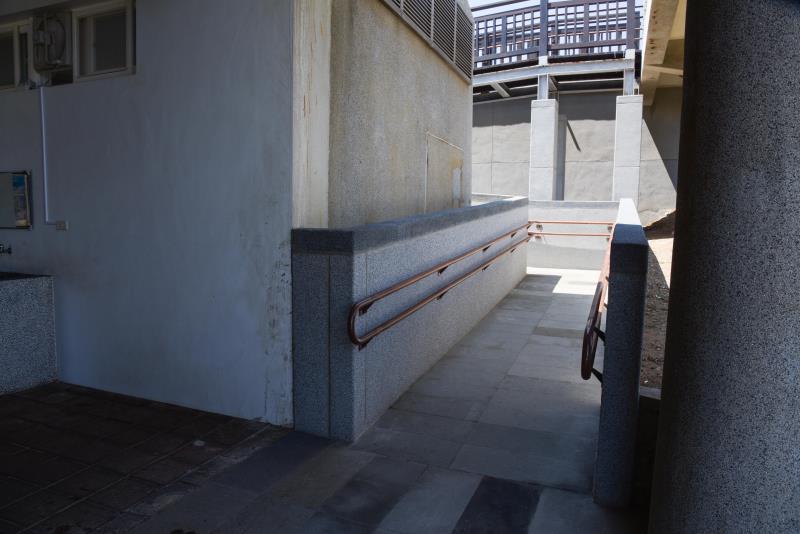 入口のバリアフリーのスロープ