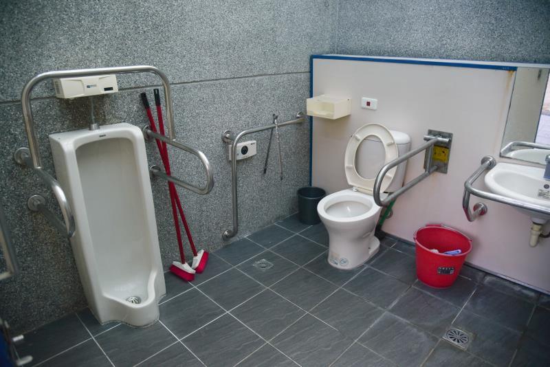 車いす対応トイレの内部部