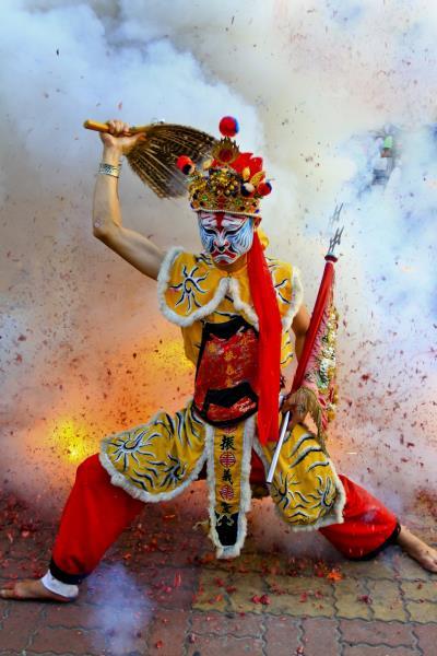 民俗的な色彩が濃厚なパレード。「鹽水蜂炮」の祭典の幕開けです。