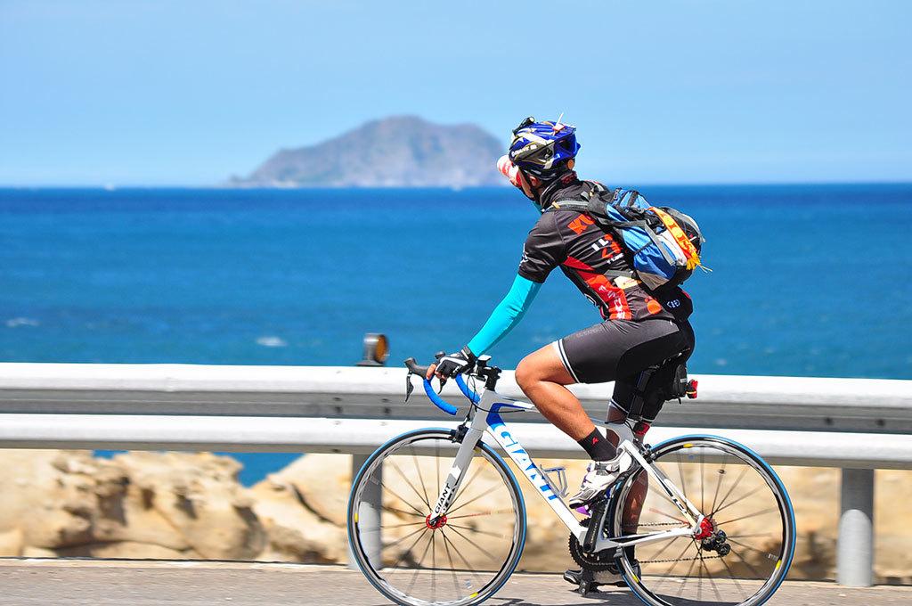 濱海公路で遠くに亀山島を眺める  年度:2017  写真提供:交通部観光局