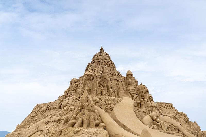 砂の彫刻のテーマ「アトランティスを見つけるために町を横断する」