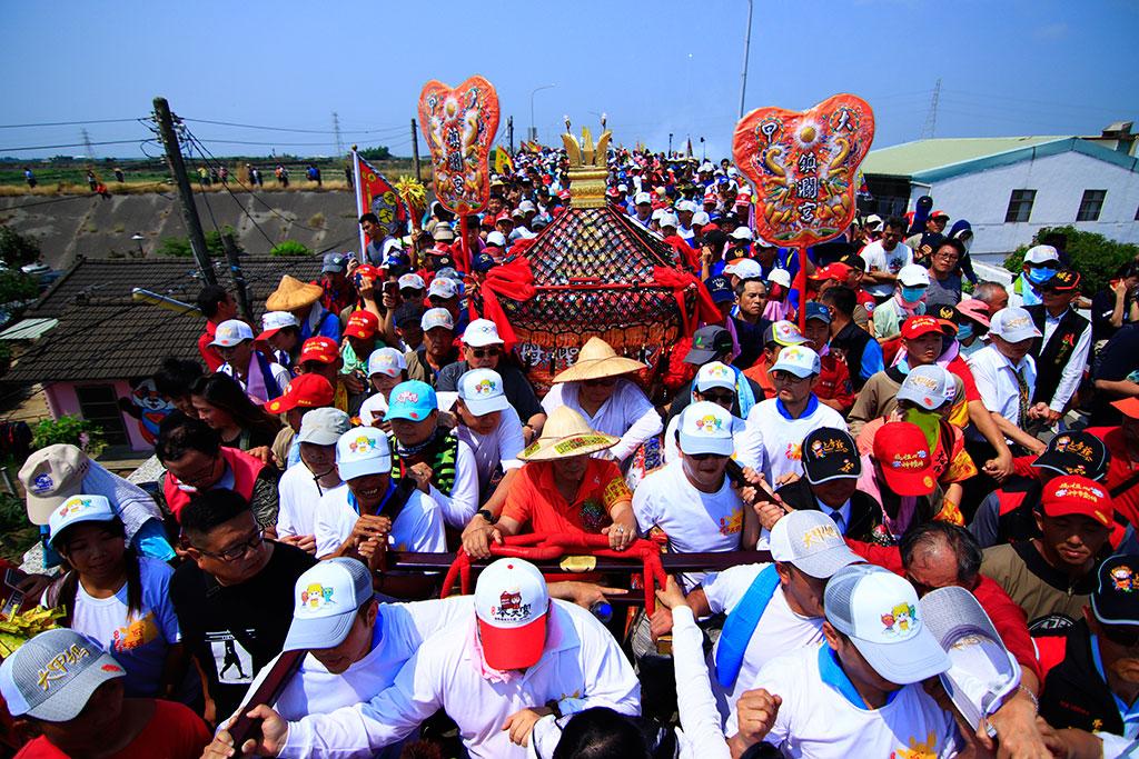 人々が神輿の下をくぐります  年度:2019  写真提供:大甲鎮瀾宮