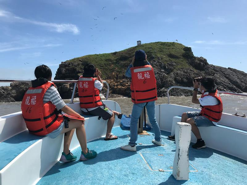 行楽客が船上から鳥類を撮影  年度:2018  写真提供:交通部観光局馬祖国家風景区管理処