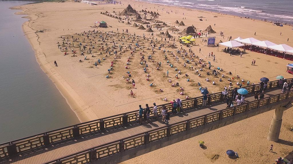 310人が同時にイルカの砂の彫刻を作成します  年度:2019  写真提供:東北角及び宜蘭海岸国家風景区管理処