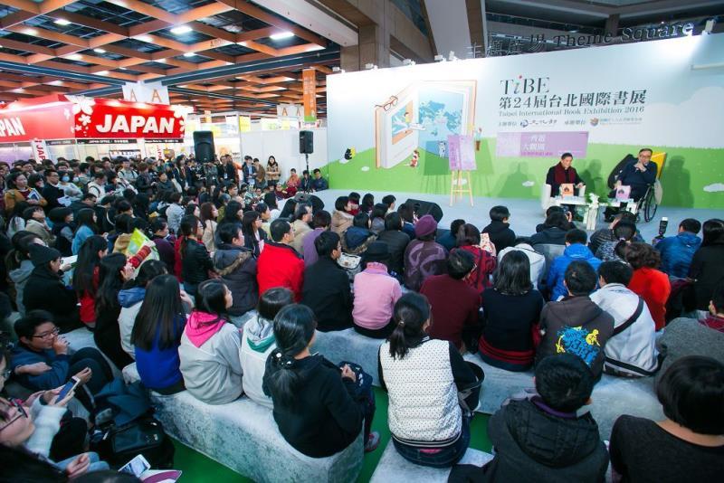 白先勇講座と大勢の聴衆