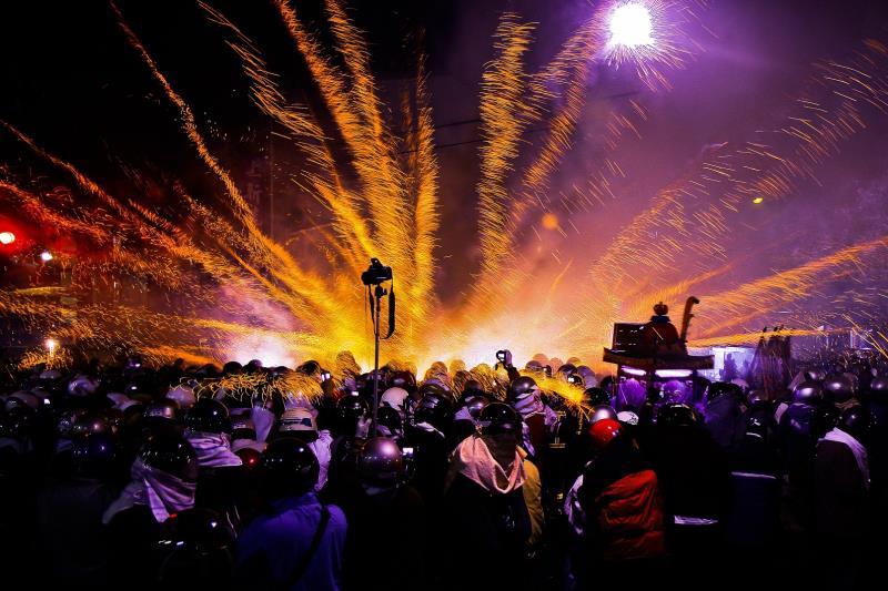 有名な「鹽水蜂炮」は毎年の元宵節における台湾で最も重要な宗教行事の一つです。大勢の行楽客が小さな町に押し寄せます。